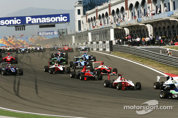 Alexander Rossi leads James Jakes and the mid field at the start of the race