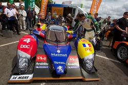 Emanuele Pirro checks out the #4 Team Oreca Matmut Peugeot 908