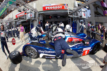Pit stop for #1 Team Peugeot Total Peugeot 908: Alexander Wurz, Marc Gene, Anthony Davidson