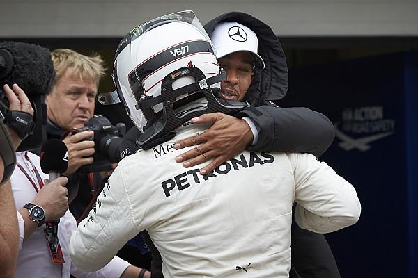 Lassítva, ahogy Hamilton 12.5 erővel becsapódik a gumifalba