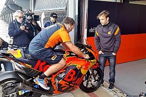 Johann Zarco inizia a studiare la KTM da vicino nella pitlane di Valencia