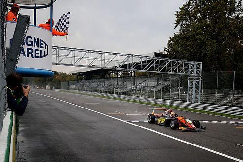 Оторванные колеса, ливень и бутерброд из машин. Так выглядят настоящие гонки Формулы 4
