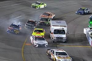 NASCAR Cup Últimas notícias Ambulância aparece em entrada de pits e complica pilotos
