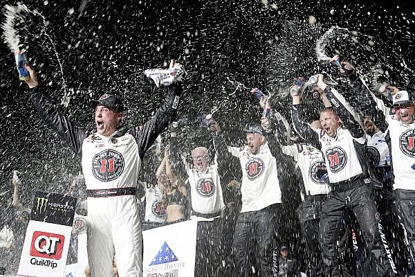 NASCAR Cup Kevin Harvick rimonta e surclassa tutti ad Atlanta