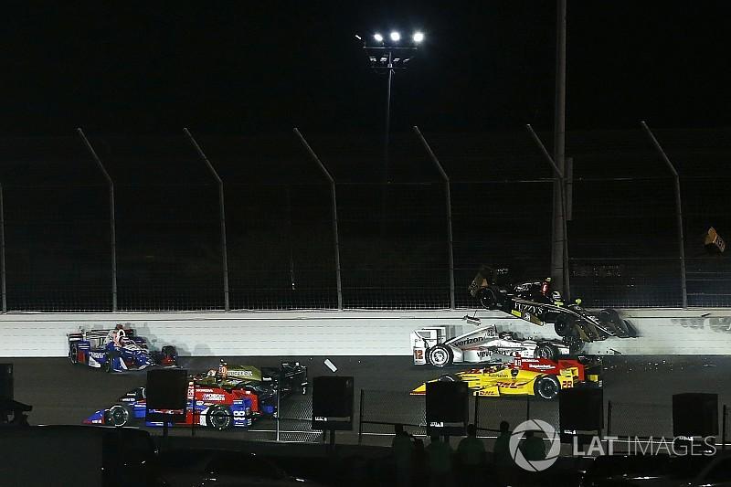 IndyCar: majdnem letarolta a versenyző fejét (videó)
