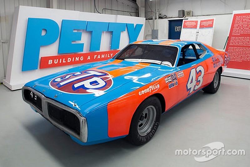 Richard Petty subastará autos y trofeos ganadores