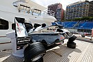 McLaren que venceu em Mônaco 1998, é exposta em iate