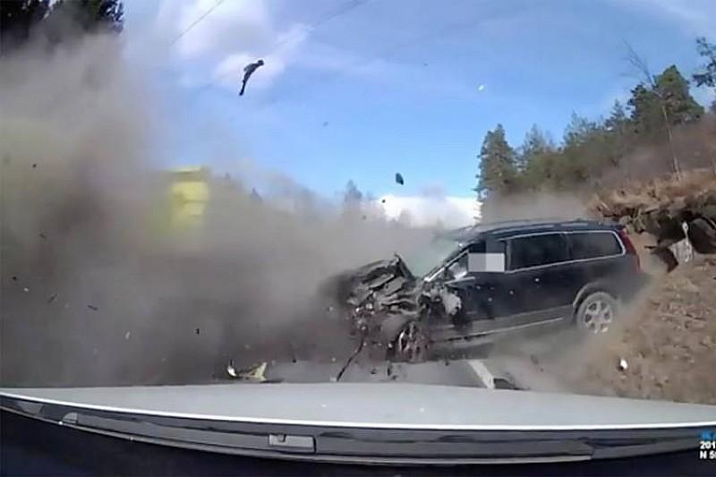 Відео: як водій Volvo вижив після лобового зіткнення