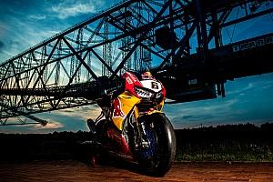 Superbike-WM Fotostrecke Fotoshooting: Honda-Superbike trifft größte Maschine der Welt