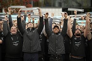 F1 Noticias de última hora VIDEO: Mercedes arma fiesta para honrar a Hamilton