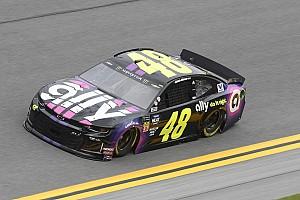 Johnson causa acidente e vence prova amistosa em Daytona