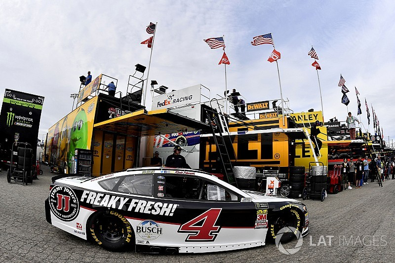 Kevin Harvick cruises to Stage 2 win at Dover