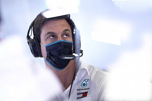 Bottas abroncsai révén maradt kint tovább Hamilton