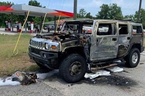 Egy férfi iszonyatos mennyiségű benzines kannával pakolta tele Hummerjét, le is égett