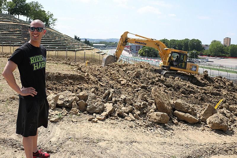 Marco Melandri dà il via ai lavori per la pista di motocross di Imola!