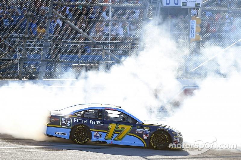 Стенхаус одержал первую победу в NASCAR Cup в гонке с массовой аварией