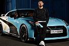 Automotive El Kun Agüero y el Nissan GTR con los colores del Manchester City