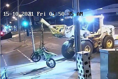 Egy férfi egy lopott vontatóhorgos traktorral tört be egy boltba, hogy motorokat lopjon