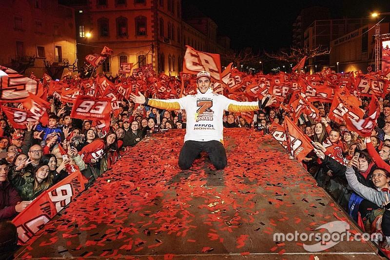 Márquez celebra en Cervera su séptima corona y esquiva las polémicas