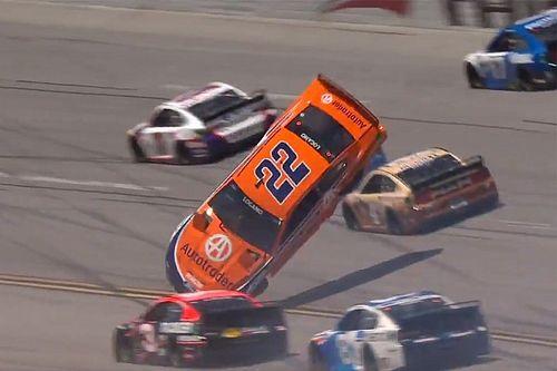 """NASCAR, pazzesco volo per Logano: """"Felice di essere vivo!"""""""