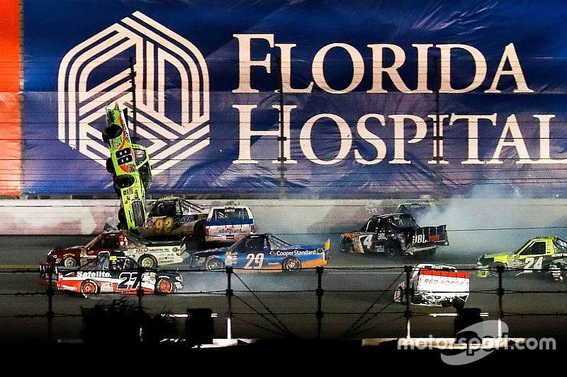 Gran accidente en el final de las Trucks en Daytona