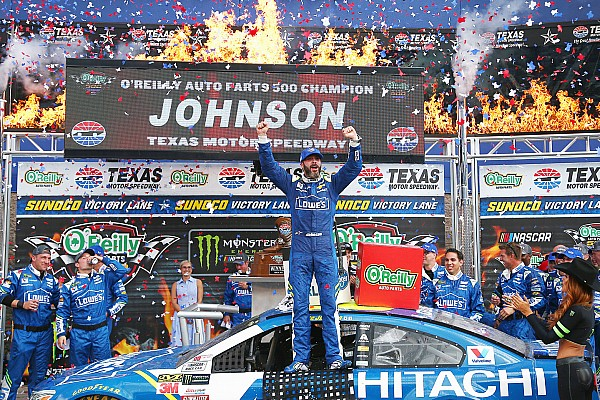 Jimmie Johnson trionfa in rimonta al Texas Speedway