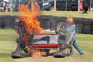 Un pilote de Formule Ford historique sauvé après un terrible crash
