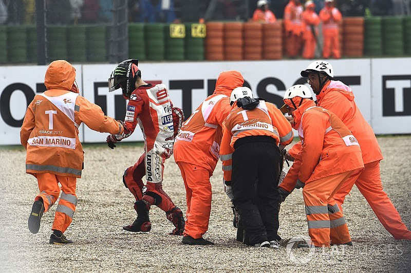 Lorenzo diz que caiu ao fazer um ajuste na moto