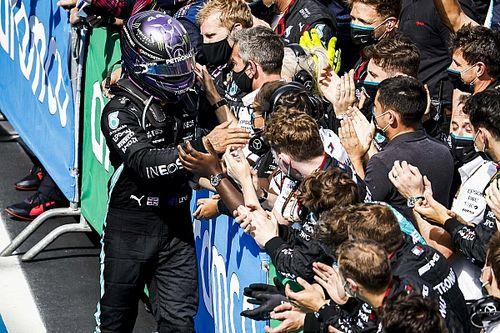 Hamilton dudó si desobedecer la estrategia ganadora de Mercedes