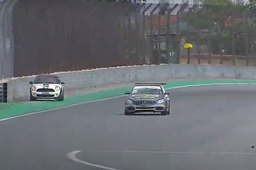 VÍDEO: Carro invade pista durante prova do Mercedes Challenge em Interlagos
