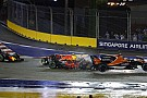 In beeld: De startcrash van Max Verstappen en de Ferrari's