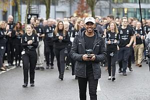Formule 1 Diaporama Photos - Haie d'honneur pour Hamilton dans les usines Mercedes