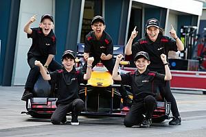 A rajtrácsgyerekek életük legnagyobb élményét élhetik át az F1-ben