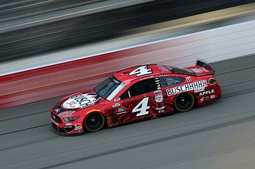 Harvick domina a Keselowski en intenso final en Michigan