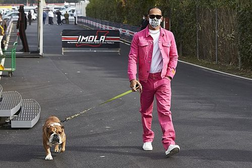 Hamilton Imolában is nagy feltűnést akart kelteni a paddockban - sikerült