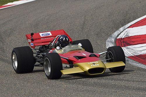 Hill conduce el Lotus de su padre en Shanghai