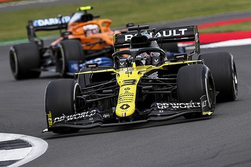 Norris, Britanya'da direksiyonda ayar yaparken Ricciardo'ya geçilmiş