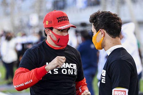 """Sainz, Ricciardo'nun """"60 yaşında gibi giyiniyor"""" şakasına karşılık verdi"""