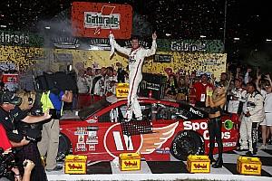 NASCAR Sprint Cup Crónica de Carrera Hamlin supera error y vence a Truex Jr. en Darlington