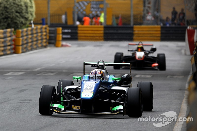Macau GP: Da Costa passes Ilott to win qualification race