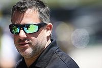 Tony Stewart strikes heckler after sprint car race in Minnesota