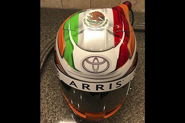 Suárez muestra su casco para NASCAR
