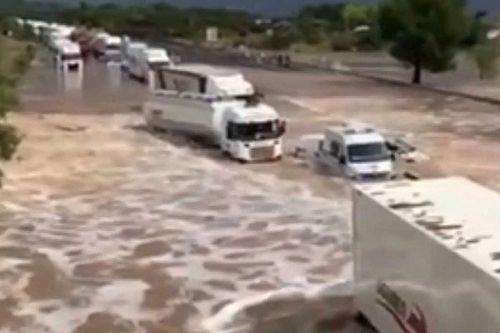 Gyakorlatilag folyó lett egy francia autópályából a brutális esőzések miatt