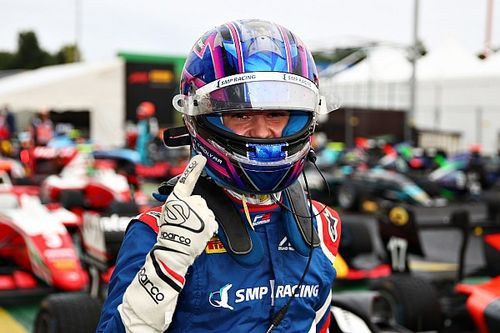 Silverstone F3: Beckmann gana tras ser penalizado Smolyar; desastre para Piastri