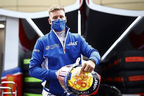 Шумахер попросил у Haas кривое сиденье