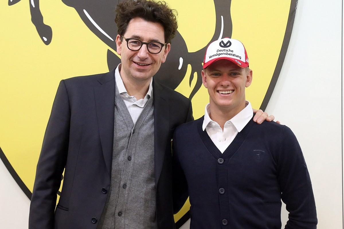 Mattia Binotto con Mick Schumacher: la Ferrari accoglie il figlio del Kaiser