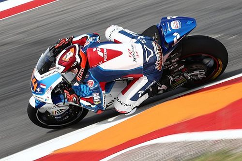 Гонщик Moto2 оказался поперек байка – и все же избежал падения