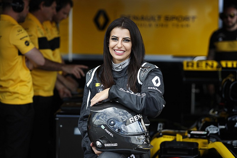Renault, Suudi Arabistan'daki yasa değişikliğini F1 sürüşüyle onurlandırdı