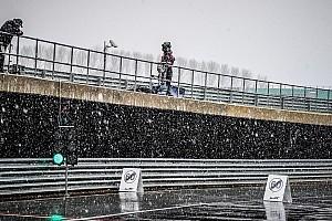 Фотофакт: на автодромі в Сільверстоуні зліпили сніговика