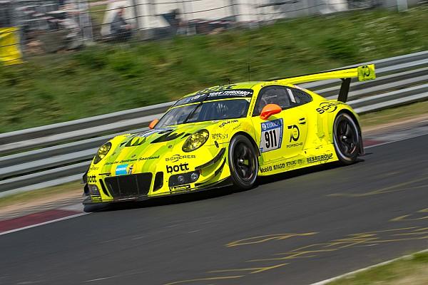 24 uur Nürburgring: Manthey Porsche controleert na 6 uur, crash Vanthoor